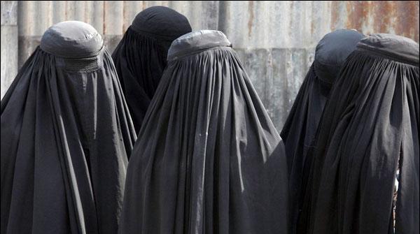 Marakish Me Burqa Tayar Kernay Or Baichnay Per Pabandi