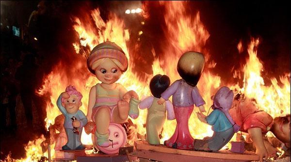 اسپین : آگ کے سالانہ میلے 'لاس فلاس 'کاآغاز
