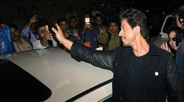 Shahrukh Kay Driver Nay Sahafi Per Gaari Charadi