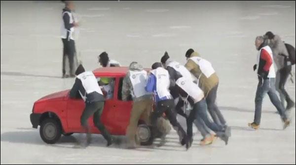 Russia May Barfeli Satah Par Cars Ko Dhakailny Ka Muqabla
