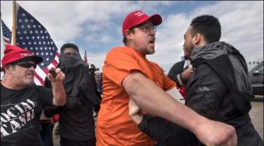 California Huntington Saahil Par Trump Ke Haami Aur Mukhalfeen Aamnay Samnay