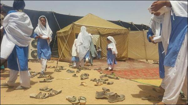 وزارت تعلیم سندھ کی تقریب، طالبات کی جوتے اتروا کر شرکت