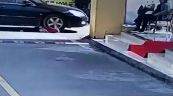 چین: کار کے نیچے آنے والی 1سالہ بچی معجزانہ طور پر محفوظ رہی