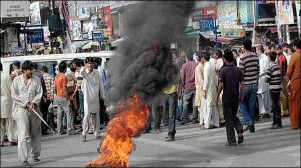 لاہور: لوڈشیڈنگ  کےخلاف ٹائر جلاکر احتجاج، ہوائی فائرنگ