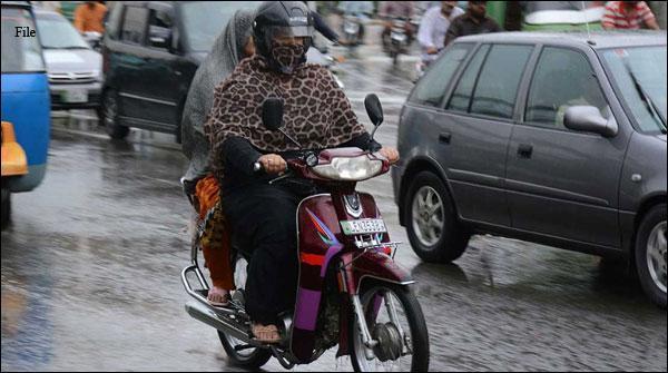 لاہورکی بااعتماد خواتین سڑکوں پر اسکوٹی چلانے لگیں