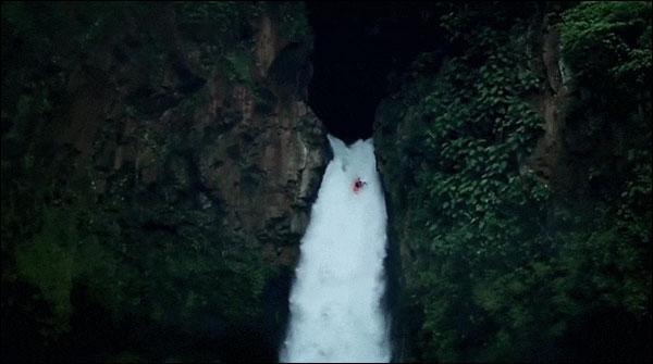 سیکڑوں فٹ بلند آبشار پر کائیکنگ کا شاندار مظاہرہ