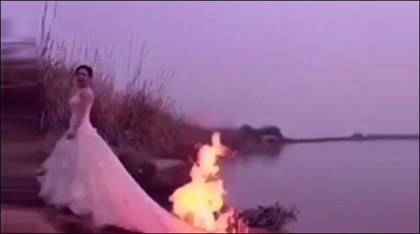 فوٹو شوٹ کے لیے دلہن نے اپنے گاؤن کو آگ لگوالی