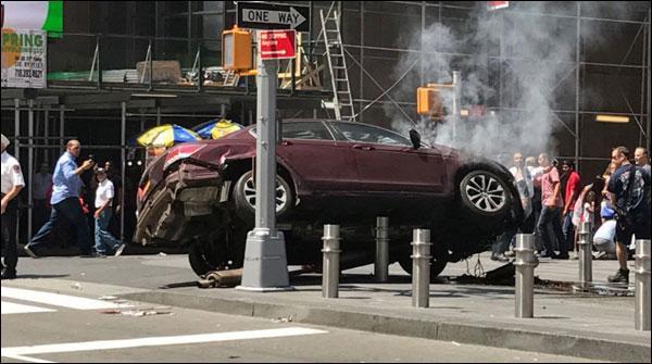 نیویارک: گاڑی فٹ پاتھ پر چڑھنے سے لڑکی ہلاک، 23زخمی