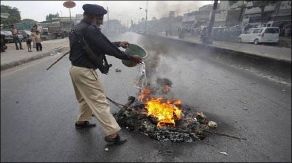 کراچی: بجلی کی عدم فراہمی پر شاہ فیصل کی عوام سڑکوں پر آگئی