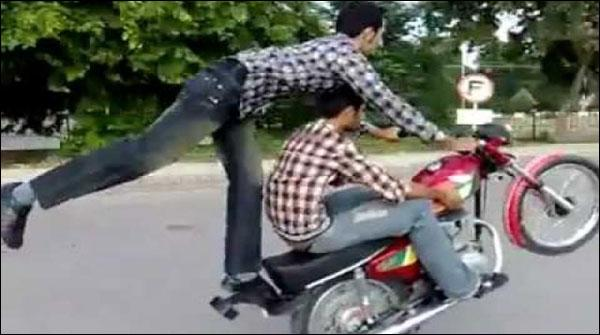 ون ویلنگ پر گرفتار نوجوانوں کے ساتھیوں کا پولیس چوکی پر حملہ