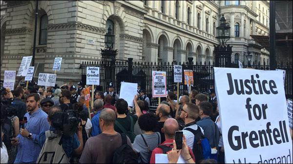 لندن آگ :حکومتی بے حسی پر سیکڑوں عوام سڑکوں پر نکل آئے