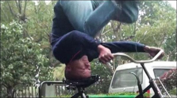 چینی شخص کا سر کے بل کھڑے ہوکر سائیکل چلانے کا مظاہرہ