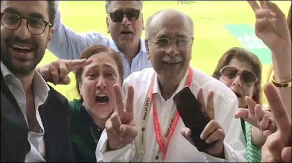 نجم سیٹھی اور شاہ زیب خانزادہ کا اوول کے میدان میں جشن