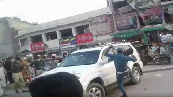 لاہور: گاڑی پر لاتیں مارنے والا وارڈن معطل