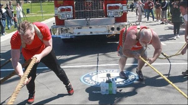 کینیڈا،دو افراد کا ایکساتھ 3فائر ٹرک کھینچنے کا عالمی ریکارڈ