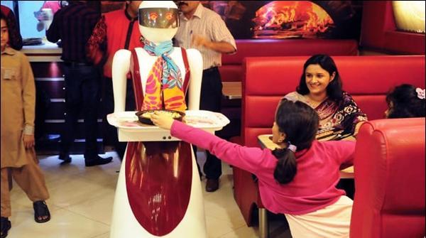 ملتان کے ریسٹورنٹ میں پیزا سرو کرنے والے روبوٹس