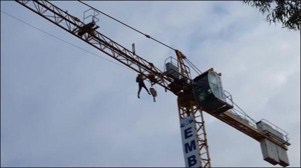 نوجوان کا 80 فٹ بلند کرین پر خطرناک کرتب کا مظاہرہ