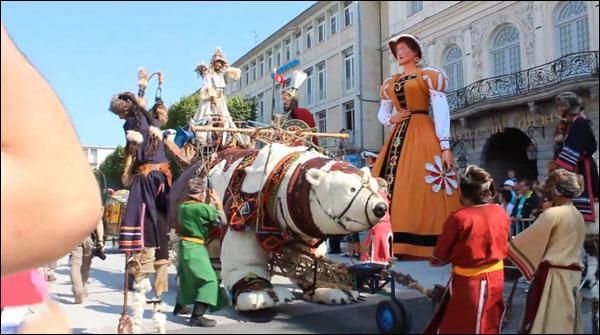 فرانس ،جائنٹ فیسٹیول، دیوہیکل پُتلوں کی پریڈ