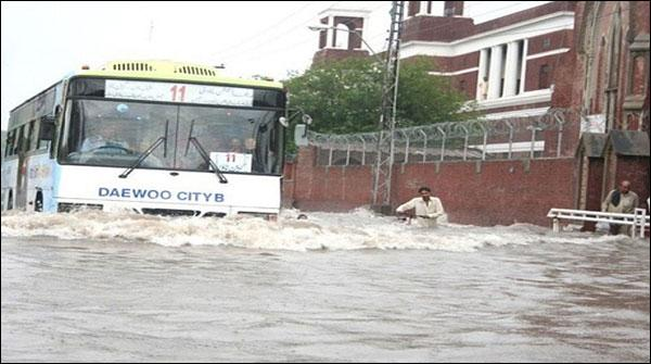لاہور، موسلادھار بارش سے سڑکیں تالاب بن گئیں