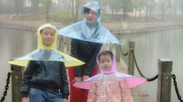برسات سے بچنے کیلئے پہنی جانے والی انوکھی چھتری