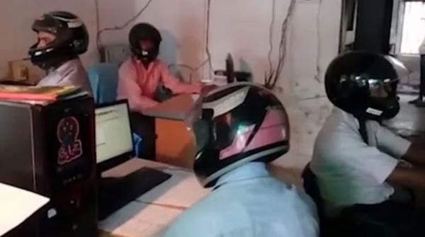 بھارت کا ایسا دفتر جہاں ملازمین ہیلمٹپہن کر کام کرتے ہیں