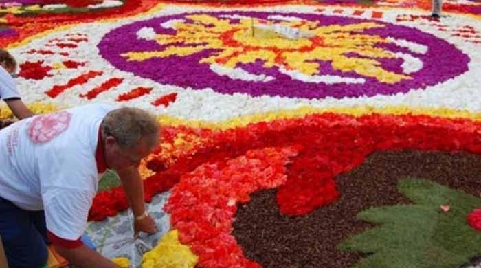 2 سالہ محنت سے تیار رنگا رنگ پھولوں سے بنا قالین