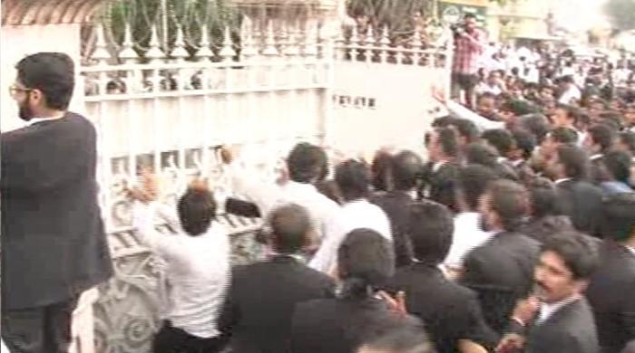 لاہور ہائیکورٹ میں ہنگامہ آرائی، وکلا کا کل ملک بھر میں ہڑتال کا اعلان