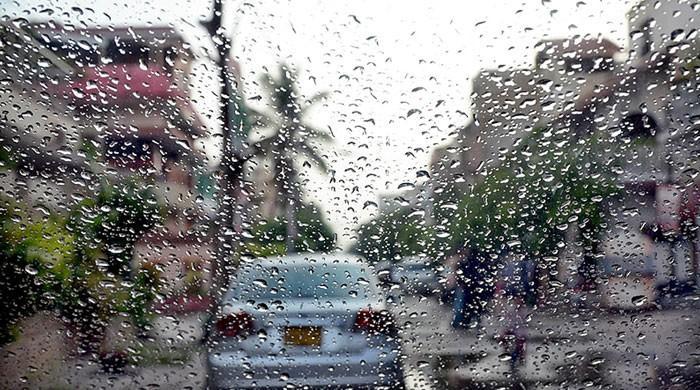 کراچی کے مختلف علاقوں میں ہلکی بارش، موسم خوشگوار