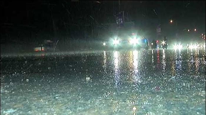 کراچی میں طوفانی بارش، مختلف واقعات میں 5 افراد جاں بحق