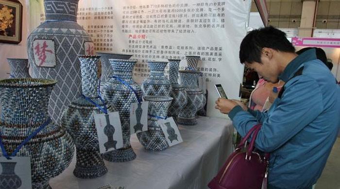 چین میں فولڈنگ کارڈز سے بنے خوبصورت گلدان