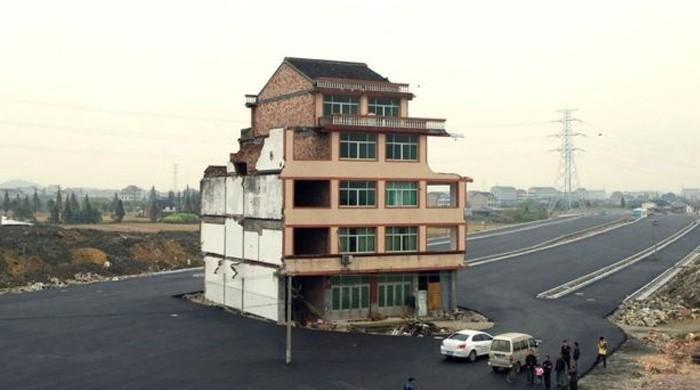چین میں سڑک کے بیچ مشہور 'نیل ہاؤس' بالآخر گرادیا گیا