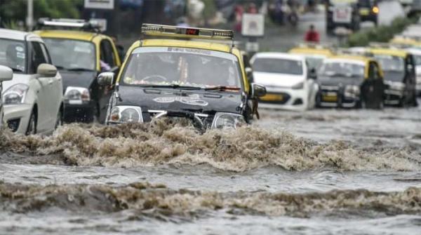 ممبئی میں شدید بارشیں، ٹرین سروس متاثر اور پروازیں منسوخ