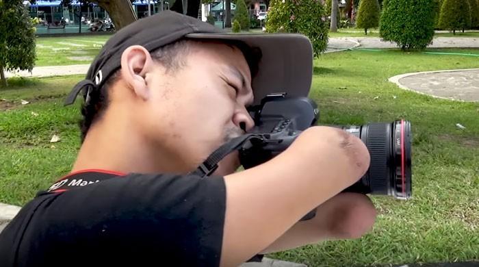 انڈونیشیا کا ہاتھوں سے محروم ماہر فوٹو گرافر