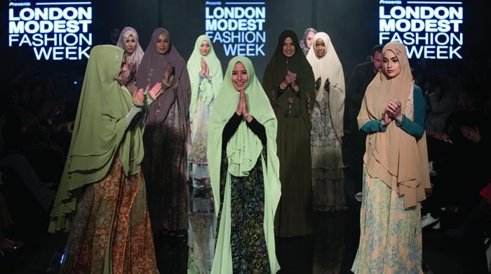 لندن میں ماڈلز کی حجاب پہن کر ملبوسات کی نمائش