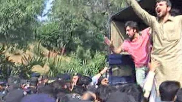قائداعظم یونیورسٹی میں کشیدگی: احتجاج کرنے والے 70 طلبا گرفتار