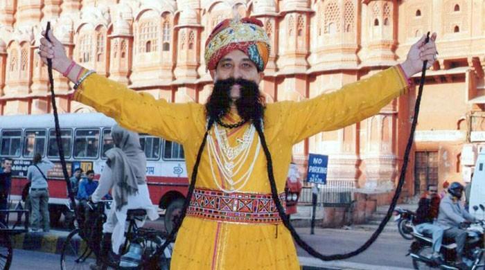 ساڑھے 18 فٹ لمبی مونچھوں والا بھارتی