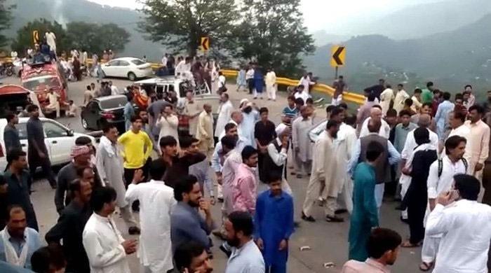 نئی گاڑی میں سیر پر نکلنے والا خاندان حادثے کا شکار، 6 افراد ہلاک