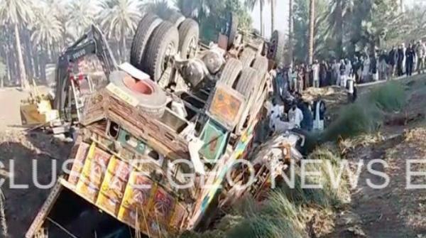 خیرپور: کوئلے سے بھرا ٹرک مسافر وین پر الٹ گیا، 20 افراد جاں بحق