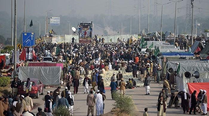 اسلام آباد دھرنا ختم نہ کرانے پر انتظامیہ کو توہین عدالت کا شوکاز نوٹس جاری
