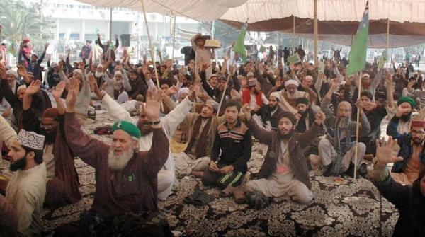 لاہور میں مذہبی جماعت کا دھرنا جاری، رانا ثناء اللہ کے استعفے کا مطالبہ