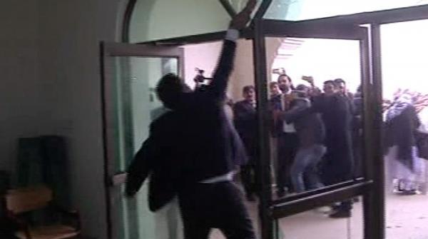 ملتان:جوڈیشل کمپلیکس میں سہولتوں کی عدم فراہمی پر وکلاء کا احتجاج، توڑ پھوڑ