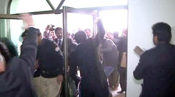 ملتان جوڈیشل کمپلیکس میں ہنگامہ آرائی کرنیوالے 20 وکلا نے گرفتاری دیدی
