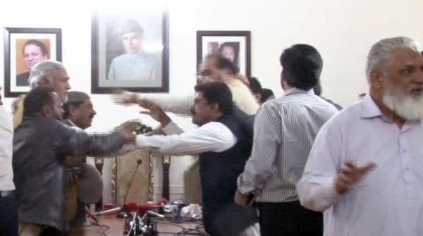 کراچی: مسلم لیگ ہاؤس میں صحافیوں پر تشدد، کیمرے توڑ دیے گئے