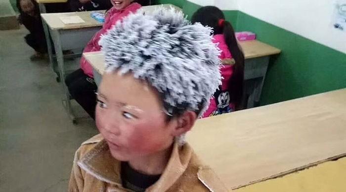 شدید ٹھنڈ میں اسکول پہنچنے والے 'آئس بوائے' کے چرچے