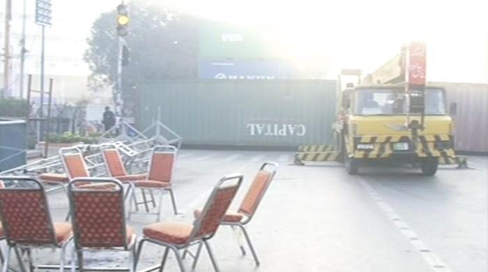 عوامی تحریک کے احتجاج کیلئے لاہور کے مال روڈ پر اسٹیج کی تیاری