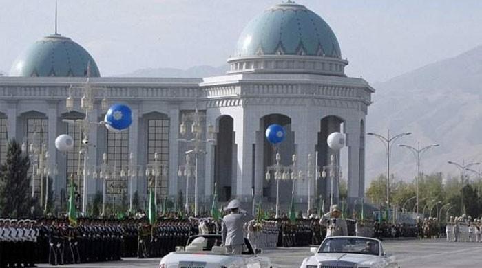 ترکمانستان: دارالحکومت میں کالے رنگ کی گاڑیوں پر پابندی