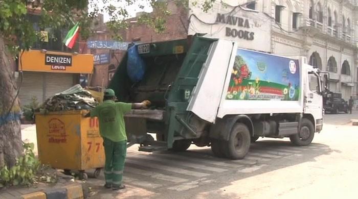 لاہور: متحدہ اپوزیشن کے جلسے کے بعد مال روڈ پر صفائی ستھرائی جاری