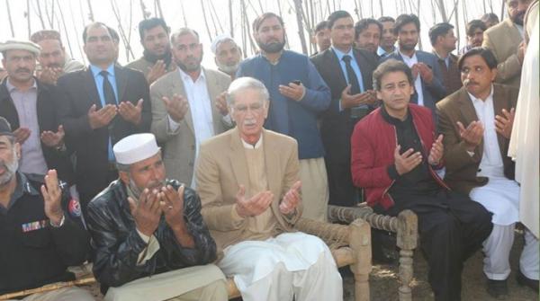 عاصمہ قتل: وزیراعلیٰ پرویز خٹک کی لواحقین کے گھر آمد اور اظہار تعزیت