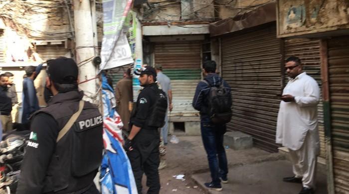 کراچی میں دستی بم حملہ، ایک شخص جاں بحق اور 5 زخمی