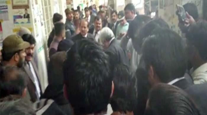 لاہور: سیشن عدالت میں دوگروپوں کا مسلح تصادم، فائرنگ سے پولیس اہلکار اور ملزم جاں بحق